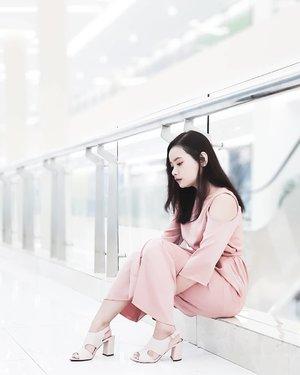Ketika impian mu tak sejalan dengan kenyataan, tak apa.⠀ ⠀ Lanjutkan saja, terus berjalan.⠀ ⠀ Siapa tahu dikemudian hari, km mencapai ke tempat tersebut.⠀ ⠀ Walau berjalan dengan melewati berbagai kerikil dan hambatan lainnya.⠀ ⠀ *eh apa sih 🤪⠀ ⠀ ⠀ ⠀ #rimaangel #rimaangelootd #pinkygirl #pinkootd #clozetteid #ootd #dresspink #beautybloggerid #beautybloggerbanjarmasin