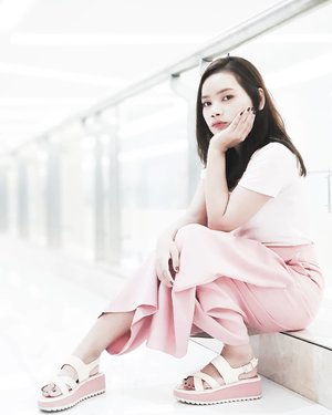 I love Pink 🌸  Akhirnya setelah puluhan purnama 🤣, aku akhir-akhir ini pake baju pink terus dong. 🤭 Mungkin aku mulai bosen dengan hitam. 🙈  #beautybloggerid #beautybloggerindonesia #ootdfashion #clozetteid #ootdrimaangel #pink