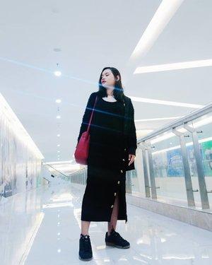 Merah atau hitam? Jelas aku tak bisa memilihnya karena 2 warna ini adalah warna favorit aku saat ini. 😍  #rimaangel #beautybloggerindonesia #beautybloggerid #clozetteid #ootd #OOTDrimaangel #adidas #zalora #fashion #blackred #dress #sneakers