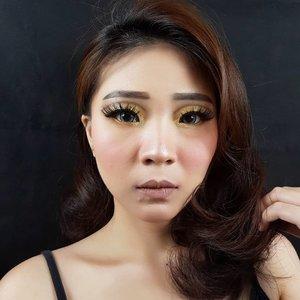 Swipe to see MAGIC! I'm using @lagirlindonesia Glitter Magic Lip Color Glitterati...Slide 1 -> First swatch on lipsSlide 2 -> After pouting lips (Magic happens! See that glamour glitter!)Slide 3 -> Zoom, still look natural, right? 👌.Glitterati is my favorite lately ❤....#lagirlcosmetics #lagirlglittermagic #magicallytransform #facechart #artsymakeup #mnyitlook#luellamakeup #tampilcantik #indobeautygram #bvloggerid #cchannelbeautyid #beautiesquad #clozetteid #clozzetebeauty #bloggerindonesia #bloggerindo #beautilosophy  #indobeautysquad #beautygoersid  #beautybloggerindonesia #ragamkecantikan  #beautybloggerbandung #setterspace #bloggerbandung #muatribeid #kbbvmember #bloggermafia #bunnyneedsmakeup