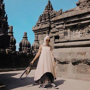 When in Jogja ✨#playwithnabila..........#lookbookindonesia #ootdindo #shoxsquad #clozetteid #theshonet #theshonetinsiders #hijabootdindo #fashionblogger #fashionbloggerindonesia #fashioninfluencer #explorejogja