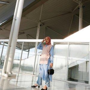 Proud to be Jakartanian ❤ LRT Station di Kelapa Gading bagusnya kebangetan! Serasa lagi ada di Singapore. Bersih, estetik dan Instagramable. Senengnya waktu aku naik masih gratis lho!.Semoga pembangunan LRT Jakarta semakin cepat jadi bisa cepet mengurangi kemacetan Jakarta yang sudah makin bikin sakit kepala :( @lrtjkt #jktgo#jktspot#shoxsquad#clozetteid.📸 @astrids03