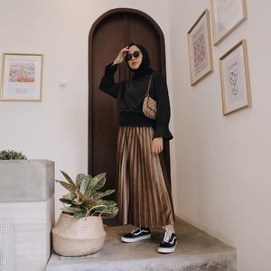 Simple outfit inspo for your weekend. Black and brown 🖤 tap tap for deets! Top from @supplierbajuimportmurah ...#hijabootd #lookbookindonesia #fashion101#cieltalent