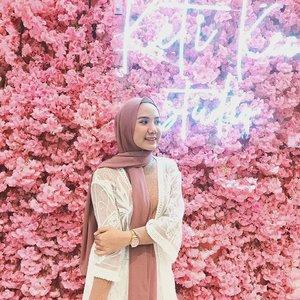 Yay TGIF! Kalo kata kak @ayladimitri Gimme your biggest smiles cause it's FRIYEAAAAH! 🙌.Lagi sumringah banget soalnya besok pacar pulang ke Jakarta hihi❤ #RexonaxTheShonet #clozetteid #shoxsquad #soconetwork