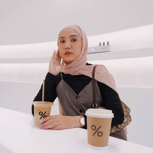 [SAVE] From JAPAN to Indonesia 🇮🇩 %ARABICA @arabica.indonesia is finally here! They are going to open for public this Wednesday 10th February 🙌🏻Coffee shopnya estetik banget, super clean dan yang paling amaze rasa kopinya enaaaaak bgt! Even udah take away dan semaleman di kulkas kopinya ngga asem, rasanya tetep konsisten dan masih nyaman di lambung ❤️ Kalo ditanya rasa apa yang wajib dicoba? Coffee Addicted : SPANISH LATTE & CAFE LATTENon Coffee : Matcha Latte must try! .Kalo kamu alergi dairy milk bisa banget ganti pake oat or soy milk. Range harganya masih reasonable banget menurut aku 40-70k untuk 1 cup. And you must try ALMOND CROISSANT enaknya da bomb crunchy bgt!#JakartaWeAreHere #ArabicaIndonesia #Jktgo #CoffeeShopJakarta #CoolSpot #ClozetteID