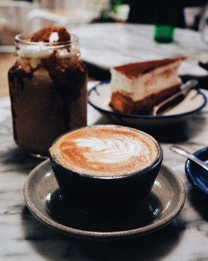Latte, everyone?! Cuacanya bikin ngantuk dan pengen minum kopi terus - terusan nih! So I suggest you to come to the sexiest coffee shop in a town! . Falling love with the good ambiance at @luckycatcoffeekitchen. Good staff, nice taste, happy place. One of the best coffee shop in town I guess. . Can't wait to go back here soon! . 📸 taken by me, minjem kameranya @imaaaaam 😆 #PutriJalanJalan #LuckyCatCoffee #CoffeeLatte #LatteArt #CoffeeShopJakarta #CoffeeShop #ClozetteID