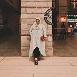 Kebahagiaan paling receh: baju dari 2 tahun lalu masih muat sampai sekarang — malahan longgar 😂👌🏻_👗 by @pofeleve 👛 by @charleskeithofficial 👡 by @yongki_komaladi _#clozetteid #biargedetapipede