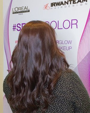 Still amazed by my new hair color 😍 . Nggak butuh waktu lama buat dapetin rambut berwarna dengan efek bersinar kayak begini, sekitar 100-120 menitan aja. Semuanya berkat treatment #SELFIECOLOR di @irwanteamhairdesign Mal Kelapa Gading 3 🙆🏻 . Special thanks to @clozetteid 🤗 . #ClozetteID  #ClozetteIDReview #irwanteamxclozetteidreview  #IrwanTeamReview #LorealProID
