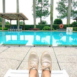 Tadinya mau renang.. tapi karena udaranya kayak di ruangan AC jd yaudalah.. liatin aer nya aja.. 😂😂😂 . . #bandung #lembang #putrigununghotel #ggrep #clozetteid #starclozetter #swim #swimmingpool