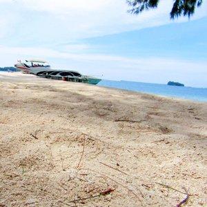 To escape and sit quietly on the beach, that's my idea of paradise. - Emilia Wickstead..#beach #sea #sunshine #kepulauanseribu #pulaupari #ggrep #clozetteid