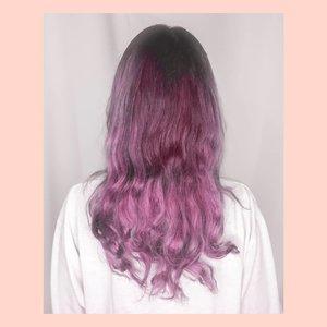 JUJUUURR susah banget nangkep warna ungu di rambut akuuu.. Padahal aslinya warna ungunya cakeepp, tp klo di foto suka jadi agak pink atau agak merah (liat slide ke 2) 🤣Harus segera difoto sebelum semakin pudar warnanya wkwkwk ini setelah 1x keramas, sebelumnya lebih ungu gelap 🤭Warna ungunya aku pakai @garnierindonesia Color Naturals (warna  Plum Red) 1 sachet , mix @lorealindonesia Purple Shampoo , mix @sariayu_mt Conditioner.. Kenapa campur shampoo? Soalnya pewarna ungunya cm punya 1 sachet dan males beli lagi wkwk cuma mau retouch warna aja biar ga abu2 banget.. Aslinya warnanya lebih ungu gelap gitu siih dan pastinya rambut tetap halus dan lembut 🙈BTW maaf fotonya kurang kece soalnya ini gak dicatok, cuma pakai jedai aja 🤣 #widlimhairstory #clozetteID #purplehair #haircoloring #haircolor