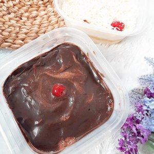 WAKTUNYA NYEMIILL 🤪Suka banget sama dessert box nya @wad.chu.eat soalnya enaak banget tapi gak mau meninggal soalnya nanti gak bisa makan lagi 🤣Segede gini cuma 35rb woooyyy super worth it ! Kalau gak terlalu suka manis, gak usah khawatir karena ini manisnya pas, gak bikin giung / sakit gigi gituu manisnya tuh �Yg foto 1 dan 2 namanya Chocolate Dessert Box, dan yg ke 3 dan 4 namanya Milk Bath Dessert Box. Kalau lebih suka manis, aku lebih recommend yg Choco, kalau suka yg meleleh2 di mulut, cobain dua2 nya! Wkwkwk 🙈#dessertbox #hayuurangjajan #duniakulinerbdg #jajananhitsbandung #widlimjajan #clozetteID