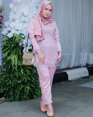 #throwback .. .. Total look as a bridesmaid for @syftramalia 's wedding reception 🦄 . .Pink Channel Platinum silk pasmina : @mahan.idNecklace : @tanganmanis .#mahan  #mahanwanderdiary #clozette #clozetteid #clozettedaily @clozetteid@duahijabtrans7 #HOOTD #HOOTDDuaHijabTrans7 #DuaHijabTrans7 #HOOTDDuaHijab #duahijab #HOTDDuaHijabTrans7#ootd #outift #outfitpost #outfitoftheday #todayoutfit #ootdmagazine #fashion #supportlocalbrands #vscocam #vsco #inspirasikebaya #kondanganootd
