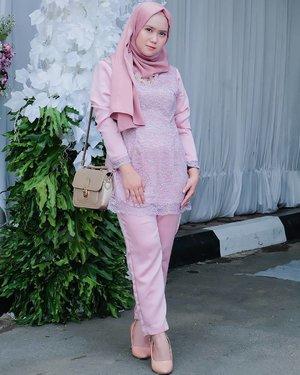 #throwback .. .. Total look as a bridesmaid for @syftramalia 's wedding reception 🦄 . .Pink Channel Platinum silk pasmina : @mahan.idNecklace : @tanganmanis .#mahan  #mahanwanderdiary #clozette #clozetteid #clozettedaily @clozetteid@duahijabtrans7 #HOOTD #HOOTDDuaHijabTrans7 #DuaHijabTrans7 #HOOTDDuaHijab #duahijab #HOTDDuaHijabTrans7#ootd #outift #outfitpost #outfitoftheday #todayoutfit #ootdmagazine #fashion #supportlocalbrands #vscocam #vsco #inspirasikebaya #kondanganootd