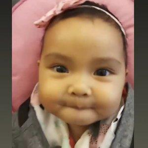 Can you spot #AairaFahima 's teeth?.Ada yang giginya baru numbuh kayak Aaira? Jangan lupa ya,mulai sikat gigi (dengan tools apa aja) dan pasta gigi berflouride sebiji beras.#babyteeth #baby #instababy #tipsanak #ClozetteID #vidgram #cute #MpasiAaira #videolucu