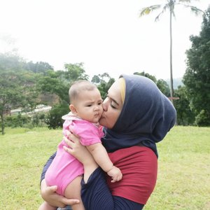 #kiss pipi bulet. Bau iler paling nagih sedunia 🤣.#ClozetteID #AairaFahima #6mo #throwback #tbt #baby #instababy #mommyandme #momlife #gununggeulis 📷: @ben_yitzhak
