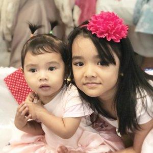 Si Kakak Celina dan Uni Aaira 🩰💕.Ada yang udah bs dikuncir air mancur 🤫.#aairafahima #alikacelina #clozetteID #siblings