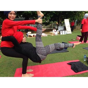 It's the challenge for me as a first timer in acro yoga.Well kinda addicted to it now.#acroyoga #yoga #yogachallenge #firsttime #yogainthepark #hijab #clozetteid #focus