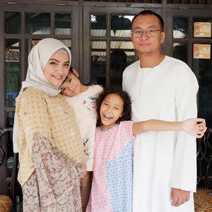 """Foto Keluarga pertama di Lebaran 2018.  Alhamdulillah lengkap ayah, Ibu , kakak Ina dan adik bayi diperut *bersama kakak naya 😆 (tadinya malah mau ajak valentine si kucing) Selamat Hari Raya Idul Fitri 1439H. . """"Taqabbalallahu minna wa minkum"""" Semoga Allah menerima puasa dan amal kami dan kalian. . Aamiin . Keluarga Ben Wibowo .  #idulfitri #happyness #AlikaCelina #family #momlife #familygoals #clozetteID #hijab"""