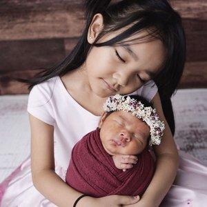 Salah satu yang ku pengen dari foto2 baby #AdrianaAisha tuh ya foto bertiga sama kakak2nya. . Apa daya si uni bayi #aairafahima ga mau difoto heboh nangis, masih strangers anxiety bgt.  Coba swipe deh. Setelah foto ini sukses nangis kejer padahal ibunya ada disebelahnya 🙈 . Akhirnya puas sama foto kakak #alikacelina lagi peluk Anna. Kesampean juga permintaan dia buat gendong adik bayinya 🤣 . Gak sabar ga share, 😆 ini aku share #rawphoto dari mba noe lho @nurullnoe belom di edit aja udah cakep 🤣 . #ClozetteId #3littleprincess #family #newbornphotography #newborn