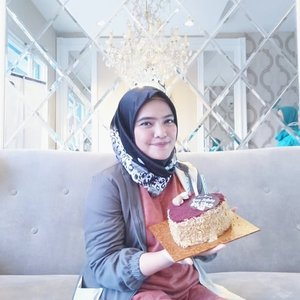 Udah tua masuk kepala 3, di surprisin juga sama remaja2 kesayangan, para perawat di @audydental_bintaro @audydental .Thank youu for the cakesss, love it so much. Swipe deh bu ibu foto seseruan biar #stay17 .#latepost #25012019 .#ClozetteID #doktergigijakarta #doktergigianak