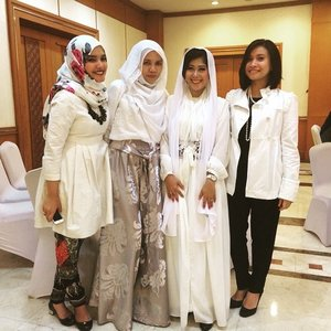 With the most amazing woman journalist mutia hafid.#breakfasting #newsanchor #journalist #white #hijab #ClozetteID #woman #ootd #hijabers #ramadhan