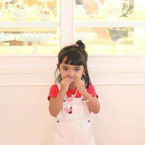 Coba tebak celina makan apa? a. Macaroon b. Cookies c. Lemper Ayam  #ClozetteID #AlikaCelina #mommyandme #mommyblogger #instakids #instamom #latepost #white #kids #ootd #parenting #family#familytime #love #mybaby #3yo