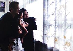 Excitement buat menyambut si adek bayi, dengan #virtualphotography .4 soon to be 5 next month. .📷: @bimart .Padahal pas foto ini badan pegel, lemes keliyengan, karena si Uni bayik #AairaFahima maunya digendong sama ibunya 😩😩karena ga suka liat bapaknya nempel2 ibunya .@ben_yitzhak .#ClozetteId #virtualmaternityshoot #maternityphotography #familyphotography #AlikaCelina