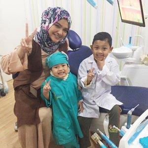 """Meet my little doctors team. Yassin dan Sakinah. . Jadi ingat waktu pertama kali yassin datang ke klinik sekitar 1 tahun lalu. Dengan muka cemas, takut ngumpet di balik Umi nya. Sakina yang santai, dan berani malah jadi model yang bagus untuk si abang agar berani ke dokter gigi. . rampan karies dan anak yang cemas. saat itu di pertemuan pertama saya cuma blg """"Ibu Bapak kita semangat ya, kerja sama orangtua dan dokter gigi harus solid, biar gigi yassin dan sakina sehat"""" ke 1, ke 2, ke3 masih nangis, tapi kita ga memaksakan, pelan2 perkenalanan alat. Ibu dan Ayah bantu perbaikin oral hygine dirumah. . saat ini dengan gembiranya kembali dan Umi dan Abi yassin bilang begini """"Dok seneng lhoo dia, sekarang raport gigi nya ga jelek lagi. nilai rapotnya bagusss"""" . foto ini diambil pas Yassin ulangtahunke 6, ucuk2 masuk ruangan, """"dok aku sekarang udh pinter, ke dokter gigi, dan sikat gigi. Soalnya udah 6 tahun"""" . pencapaian seperti ini bikin saya berkaca2. perawatan awal yg kadang suka buat ortu menyerah, tapi karena kita adalah team yg solid akhirnya berakhir bahagia (hahaha kyk sinetron yaaa) . yuk konsultasikan gigi anak dengan dokter gigi sesegera mungkin. pilih yang ortu klop dan anak klop. semangat. pasti bisa. . #doktergigiAnak #doktergigi #jakarta #kids #pediatricdentistry #smile #healthy #dentist #momblogger #littledentist #parentingAnnisaramalia #teamwork #ClozetteID"""