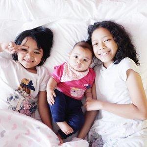 "Sering banget orang nanya "" ini tiga cewek semua ya Mbak?"" Ahahhaa yang keriting @aksabrinaya itu sepupu bu. Tapi wajib ikut, mau kemana juga. . #AairaFahima dan #AlikaCelina #No1 fave #cousins . #familygoals #siblinggoals #girls #sister #baby #instakids #instababy #borobudur #family #ClozetteID"