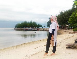 You need to spend at least once a month of your time for vacation, to get a peaceful mind.😳 #ClozetteID #ootd #hijab #travel #getaway #pulauseribu #beach