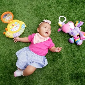 Aaira, difoto pake duo mainan kesayangan aja gak senyum 🙄Mesti ada celina atau kakak @aksabrinaya nih yang godain baru deh mau senyum .Sedih lah ibu sama ayah gak laku @ben_yitzhak .#morning #AairaFahima #playdate #baby #momlife #ClozetteID #potd