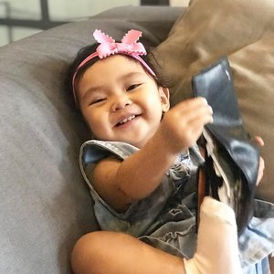 "Ada bayik yang udah bisa bergaya dan senyum pas difoto #swipeleft .Sekarang kalau ada HP, bilang ""foto yuk aaira "" lagi makan roti tau2, tangan naik keatas bergaya lalu nyengir 🤣.Terus dia akan girang kalau lihat hasilnyaa? 😆Tapi sama orang tetep masih susah nyengirnya, digodain setengah jam biaa ditahan gak senyum sedikit pun 🙈Turunan sapa nih @ben_yitzhak .#AairaFahima #morning #ClozetteId #14monthsold"