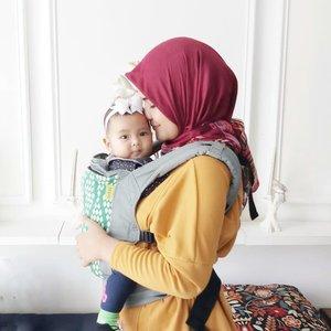 Saya kurang update soal gendongan bayi untuk anak yang kedua ini, terlalu banyal pilihan sij tepatnya..Waktu #newborn aku pakai #babywrap dan super nyaman memang dekapannya. Tapi suami  @ben_yitzhak ga nyaman menggunakannya..Sedangkan gak sanggup bawa #stroller kalau sendirian karena kita beli yg besar biar kokoh maksudnya 🤣.Lalu kita berdua mikir, perlu nih #gendongan tp malah bingung lagi pake #hipseat atau gak. Bikin voting di #stories sama hasilnya 🤣 team non hipseat #Boba4G ini atau #BobaX atau #BobaAirDan tim hipseat #iangel dan #ergobaby.Harganya ga ada yg santaiii buat beli lalu gak cocok bisa rugi bangettt. Untung ketemu @sewacarrier ini di instagram, dan mereka paham bgt soal gendongan ini.Semua tipe #babycarrier adaaaa. .Sekarang coba dulu nih #Boba4G abis itu coba yg lain🤣. Aku akan review ini setelah 1 -2minggu pemakaian yaa stay tuned aja..Yg jelas sewa di @sewacarrier enak sih, tanya2 jelas,pengiriman cepet,dan carriernya wangi dan dibungkus rapet pake plastik pressed. Ada di highlight yaaa..#ClozetteID #recoAnnisaRamalia #AairaFahima #mommyblogger #mommyandme #momlife