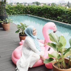#TGIFMuka happy weekend udah didepan mataaaaa..Kemana rencana weekend kalian minggu iniiii?tanggal muda gini mal pasti penuh nihhh. #staycation enak nih kayaknya, anak happy berenang2, ibu bisa gegoleran.🤣.📷: @dewiyang_#clozetteID #weekend #getaway #sweetescape #goodrich #hijab #momlife #mommyblogger