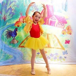 "Secinta itu sih dia sama bergerak, khususnya #ballet latihan seminggu dua kali saat mau pertunjukan ga ada ngeluhnya. . Malah kalau balletnya libur, nanyain ""kita kapan ballet?"" . Pentas #dibawahlangitbiru bareng @namarina_dance_academy salah satu yang jadi #highlight #weekend aku kemarin. Seru banget, walau belum sempurna, tapi terharu Celina bisa muncul didepan berani tanpa miss nya 😆 . Semoga happy selalu ya Celina . #balletfeet #ClozetteID #mylittleballerina #AlikaCelina #family #Namarina"