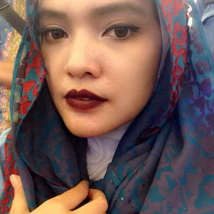 Trying my new #lasplashlipcouture  In #ravenclaw color, but i guess it's too dark, makes me look like a  #malevicent hiks 😢 But this color makes my skin tone lighter 😁, and it matches my new  #hijab from @elhasbu , i love the hijab so much, it's easy to use, and only need 1 safety pin.  #latepost #runforstyle #ClozetteID #COTW #makeup #fashion #lasplash #lasplashravenclaw #hijabinstan #hijabers