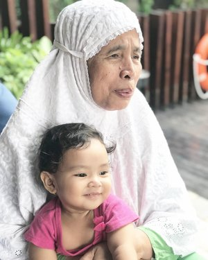 Lihat foto ini terharu aku tuh, lihat senyum Aaira disini dan liat keriput muka nenek yang makin jelas.ninggalin anak sama si nenek, sementara merawat anak lain yg sakit di tempat praktek. . Sementara mbak silih berganti, akhirnya #AairaFahima emang jd nempel bgt sama neneknya. Gamau dipegang sama 2 ART dirumah. Cuma mau sama aku sama nenek, sesekali Ayah 🙈 @ben_yitzhak . Paling bingung pas nenek sakit kemarin, jadilah @ben_yitzhak cuti lalu Aaira kita ajak ke tmpt praktek karena maunya ya sama ibunya 😅 . Semoga mama sehat selalu ❤️ sabar dan diberkahi usianya. . #ClozetteID #momlife #love #latepost #weekend