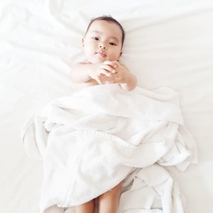 Mandatory #babyphotography ya kan? Sehabis mandi pakai handuk putih-putih Tapi #AairaFahima lempeng aja mukanya udah digodain 💃 . Jadi muka fix mirip ayah @ben_yitzhak kalemnya juga kayak ayah. Tapi versi bibir pink belah ☺ . #ClozetteID #white #baby #instababy #momlife #samsungj7plus #potd #cute #bayi #7mo