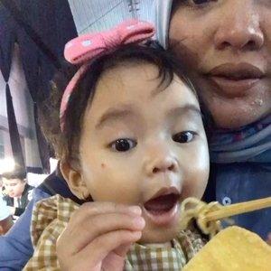 Akibat Ibu waktu hamil ngidamnya mie ayam sama bakwan 😂.Anaknya jadi hobby makan bakwan dan mie ayam?.Beneran atau mitos sih? .#ClozetteID #AairaFahima #babygirl #mpasi #instakids