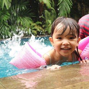 Celina lagi suka banget berenang. Merasa udah gede, gamau pake ban pinggang lg sekarang. jd minta ban tangan dan spesifik gambar hello kitty dan pink.  #ClozetteID #AlikaCelina #Swimming #weekend #kids #mommyblogger #mommyandme #daddysgirl #instakids #photooftheday #instagram #igers #happiness