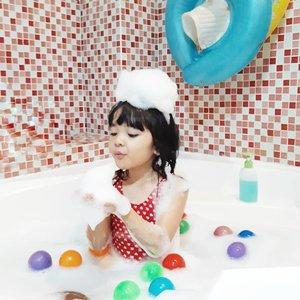 Di saat anak cewek, lagi banyak gaya kalau difoto. . Daannn kepikiran narok bubbles di atas kepala sama tanganya, trus gayanya gini bu ditiup. . Hahaha iya iya baiklah.🤣 . Colek @ben_yitzhak . #AlikaCelina #momnjo #bubblebath #kids #instakids #momlife #ClozetteID
