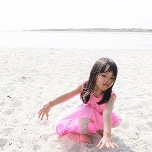 Kalau liat ini jadi #flashback waktu Celina masuk usia 2 tahun. Nangis sesungukan minta pulang, dan gamau injek pasir apalagi pegang. Digendong kesana kemari selama dipantai, karena jijik bgt ada pasir yang masuk ke sepatu. Boro2 copot sepatu, jalan aja gmau 😆 . Baca2 katanya itu katanya karena sensory sensitivity yang berkembang lebih dulu dari pada anak lain. Jadi sensasinya 2kali lipat pas megang pasir, atau yang lengket. . Banyak yg komen kok gini kok gitu, kalau ada yg ngalamin juga sabar aja. Ini bukan jijikan kok, klo fase perkembangannya lewat, ilang sendiri. Liat aja ini panas terik ga kelar2 main pasirnya, turun ke pantai, balik lg ke pasir anddd repeat. . #AlikaCelina #sensorysensitive #beach #whitesand #parenting #clozetteID #momlife #momblogger #clozetteambassador