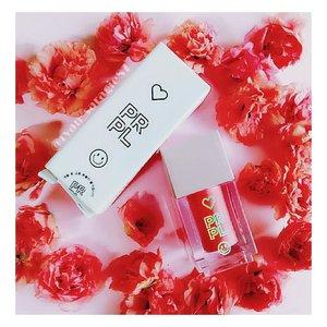 Hi Gaes, hari ini aku mau sharing produk Lip Paint dari @prpl_indonesia atau Pretty Please salah brand kosmetik asal Korea.So...brand ini setauku fokusnya ke makeup produk gitu.Dan kebetulan aku diberikan kesempatan buat nyobain salah satu produknya yaitu PRPL Lip Paint Creamy & Satin Lip shade Romantic Beige. Produk ini dikemas kedalam tabung plastik transparan dengan ukuran yg sangat imut banget. Untuk isinya ada 3,5gr & aplikatornya berbentuk doe foot dengan ukuran yg terbilang cukup pendek tp masih okeylah buat diaplikasiin keseluruh bibir.Textur lip pain itu menurutku lebih kearah campuran liptin & lipcream yg mudah buat dipoles & juga diratakan. Lip pain cepat banget keringnya jadi harus cepat cepat buat diratakan ya. Untuk aromanya kek wangi permen karet gitu.Untuk shade Romantic Beige ini menurutku lebih kearah pink fushia dan warnanya menurutku cukup pigment dan masih okeylah buat daily use. Dan untuk hasilnya akhirnya seperti apa? Plus & minusnya apa? Dan lain sebagainya, Bakalan aku share setelah postingan ini ya, so....alaways stay tune on my Igeh 😉.#prpl#pretty#please#lippaint#liptint#satinlips#cosmetics#makeup#beautyblpgger#hijabblogger#clozetteid#lipproducts#koreancosmetics#koreanbrands#kbeaut#피알피얼얼#�리미틴트#틴트#립틴트추천#코스매틱#메��업#세미매트립스틱#소통#맛팔#화장품#고�#뷰티#뷰티그램#뷰티블로거