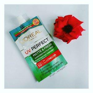 Bibir dikulum sambil emut mangga,Asalamulaikum warga +62.So...karna belakangan aku liat iklan L'oreal Paris UV Perfect Suncreen Matte & Fresh SPF50 PA++++ ini wara wiri ditipi, akhirnya aku putuskan buat nyobain juga tapi dalam kemasan sachet gini ya, dimana isinya cuma ada 7ml dihargai 20K aja. Klaimnya kandungan Mexoryl XL Filter memberikan perlindungan Sinar UV terhadap kulit seperti penggelapan, noda hitam, penuaan dini serta warna kulit yg tdk merata. Selain itu Extrak Astiringent & Kaolin untuk mencegah sebum berlebihan, menjegah jerawat & komedo. Dan produk ini masuk dalam kategori Physical Suncreen karna punya kandungan mineral aktiv seperti Titanium Dioxide..Untuk texturnya, krim warna kuning yg agak kental tapi masih mudah diratakan. Setelah diratakan akan ada efek lengket gitu beberapa saat sebelum benar benar meresap kekulit, jd dia gak yg benar benar matte menurutku. Suncreen ini colorless diwajah jd gak bikin efek cerahin kulit ataupun whitecast..Oil controlnya aku rasa so so aja diwajahku tp gak sampe memompa minyak terlalu parah. Sejauh ini dia gak bikin jerawat & juga komedoan. Aromanya juga lumayan enak & nyegerin. Dia juga bisa dijadikan sebagai primer base & bikin makeup lebih menempel. Tapi minusnya dia punya efek peeling gitu, jadi kalo pas kalian usap terlalu kuat dia bakalan keluarin kek daki gitu diwajah. So...pas aplikasiin & ratain hrs santuy aja, kalo gak bakalan bikin wajah kita kek jorok banget. Satu hal lagi nih menurutku untuk ukuran 7ml dgn sekitar 3 kali pemakaian ini cukup mahal sih buatku kalo harganya sampe 20K (harap maklum, aku cuma sobat missqueen guys). .Aku juga blom tau bakalan repurchase ini atau tidak. Btw ada yg udah nyobain atau pen nyobain produk ini? Share dikomen ya 😊..#clozetteid#lorealparisuvperfect#sunscreen#mineralsunscreen#physicalsunscreen#uvprotection#skincare#skincareroutine#amroutine#beautybloggerindonesia#bloggirlsid#hijabblogger#선크림#코스메틱#스킨케어#화장품#뷰티#뷰티그램#뷰티블로거