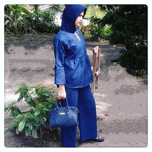 Impian : Pengen jadi wanita karirKenyataan : Malah jadi wanita kurir 😄😄. Yah...ginilah hidup kadang kenyataan tak seindah impian #hazeek ...📷 @fani_nhd..#ootdhijabersindo#ootdhijabers#hijabkeren#hijabstyle#hijabstylebyme#ootd#lookoutfit#ootdhijab#ootdinspiration#instahijab#worldhijab#hijabmagazine#fashionmuslimah#muslimahmodern#fashionmodern#igers#instafashion#instabeauty#instamuslimah#instastyle#igers#bluecolors#bluecolorstyle#kulot#candid#candidphotography#candid📷#clozetteid