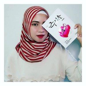 """Dan dr beberapa skincare yg dikirimin @jumiso_official produk pertama yg mo aku bahas adalah 💦First Skin Brightening Sheet Mask💦.Masker yg diperkaya dengan kandungan natural yg bersumber dr Vit A & E ini dirancang untuk memperbaiki kulit kusam akibat stres. Selain itu dilengkapi Ceramide NS, Ceramide NP & Niacinamide yg dapat mencerahkan wajah...Untuk mask sheetnya terbuat dr 100% Cotton Fabric yg sangat ringan & lumayan tipis berasa kek kulit kita sendiri, so...ati ati waktu bukanya biar gak robek. Senangnya ukuran masker ini pas buat wajahku. Didalam terdapat 26 ml Essence yg sangat melimpah ruah,sehingga bisa digunakan untuk sebadan badan juga 😊  Aroma essencenya cukup enak & nyegerin tp sayang agak sedikit thick & butuh beberapa menit untuk benar benar menyerap dikulit..Saat diaplikasiin masker bakalan kasi efek yg nyegerin gitu diwajah. Dan setelah pake masker ini, wajahku berasa lebih lembab, lebih kenyal dan berasa kek ternutrisi gitu tp hasilnya untuk mencerahkan wajah blom keliatan sih, mungkin harus pengguna lebih banyak kali ya baru bisa cerahin kulit wajahku..FYI produknya @jumiso_official bisa kelen dapatkan di @watsonsindo @stylekorean_indonesia & @sociolla . Tapi buat yg beli di @sociolla jangan lupa inputin kode voucherku """"SBNLAN8R"""" sebelum checkout ya 😉.. #clozetteid#jumiso#helloskin#kbeauty#kskincare#kbrand#kproduct#skincare#skincarejunkie#masksheet#maskpack#brightening#haeltyskin#beautyblogger#hijabblogger#beautyjournal#instabeauty#주미소##스킨케어#마스크팩추천#마스크시트"""