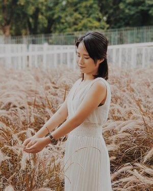 Atau rindu itu terbang entah kemana, tersesat diantara ilalang.#nataldesiOOTD #clozetteid #fashionblogger #beautyblogger #styleinspiration #styleinspo #lookbookindonesia #ootdindo #ggrep #style #beautybloggerindonesia #ootdfashion