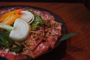 Today lagi mau BBQ-an. Eh, cek rekomendasi di suggest buat ke WAKI Japanese BBQ Dining @wakibbq Pilihan menu nya banyak. Aku pesen WAKI platter yang isi nya pas banget buat 2 orang (me & my bf). Isi dagingnya beragam dan rasanya pas bgt di lidah. Dan harganya terjangkau 🐮 Datang lagi? Pasti 👍🏻 ———— 📍 WAKI @wakibbq Jl. Tanjung Karang No. 5, Thamrin, Jakarta Pusat - -  #wakiplatter #kalbi #jyokalbi #meatlover #bbqmeat #meatporn #makanmalam #foodie #instafood #vscofood #foodporn #foodgasm #mouthgasm #igfood #jktfoodseeker #jktfoodbang #jktfooddestination #kulinerjakartapusat #jakartafoodies #nibbleapp #wakijapaneserestaurant #japanesebbq #beeflover #beefporn #japanesefood #dinnerideas #clozetteid