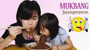 Udah lihat video kita #mukbang #miehitam #jajangmyeon belum? Seru lho 😁😉. #clozetteid #momanddaughter #ibudananak #makanmie